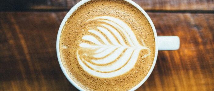 Napoje na bazie kawy, herbaty, lodu i owoców – jak je szybko przygotować w domu?